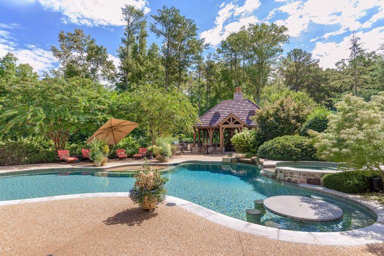 Het zwembad, met poolhouse.