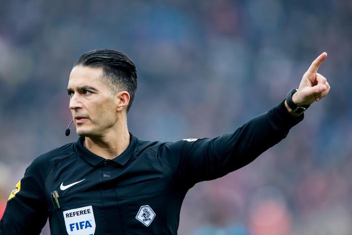 Scheidsrechter Serdar Gozubuyuk in actie bij Feyenoord-Excelsior.
