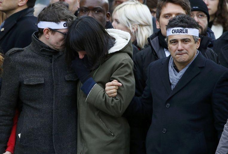 Charlie Hebdo-columnist Patrick Pelloux (R) en cartoonist Luz (L) gisteren tijdens de mars. Beeld reuters