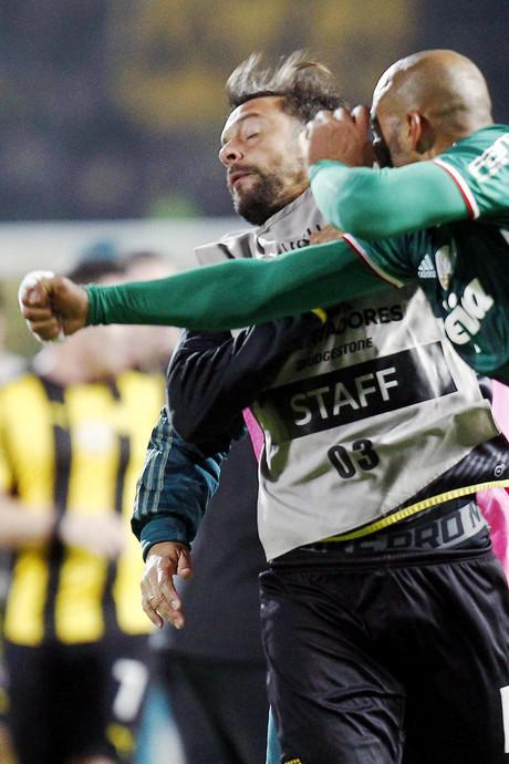 Penarol - Palmeiras eindigt met grote vechtpartij