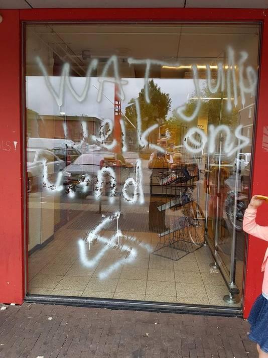 Een supermarkt in de Zaanse wijk Poelenburg is beklad met een hakenkruis en de tekst: Wat jullie weik ons land.