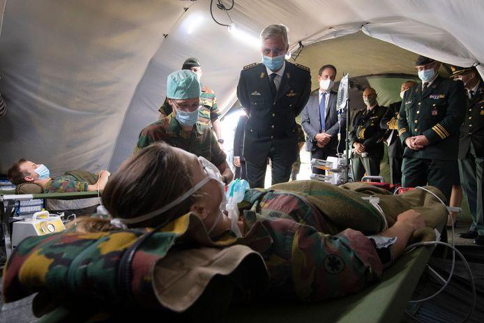 Koning Filip tijdens het bezoek aan de medische component.