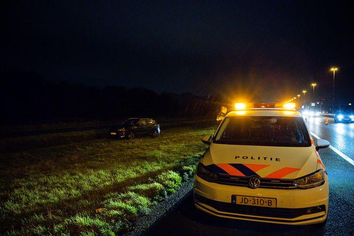 Zwaargewonde man bij auto in berm langs A58 bij Tilburg.