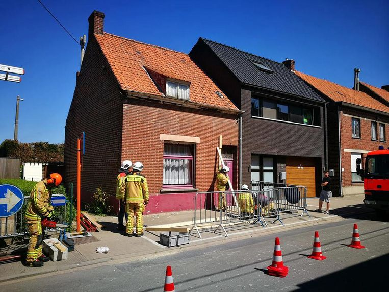 De brandweer beveiligde het huis, waarvan de gevel moest gestut worden.