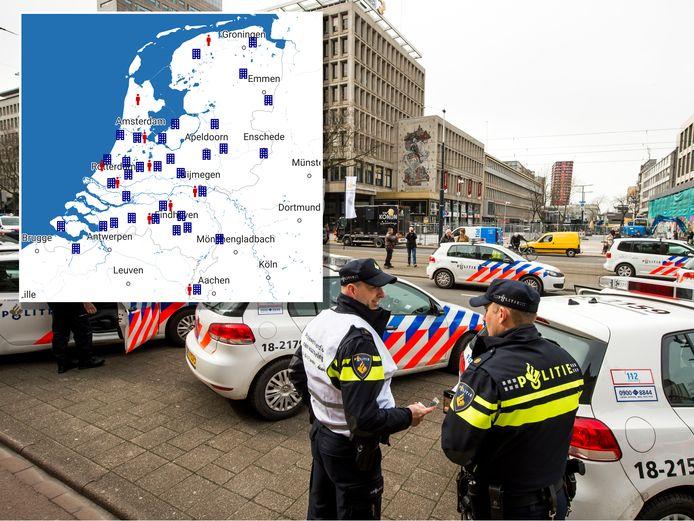Politieagenten protesteren voor het stadhuis op de Coolsingel in Rotterdam voor een betere politie-CAO.