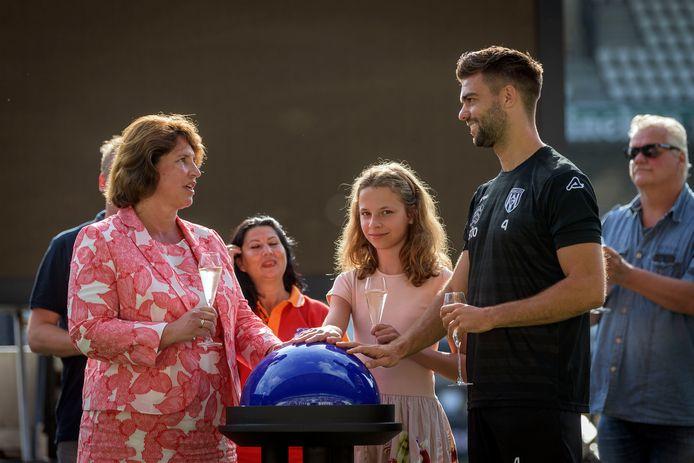 Onthulling nieuwe naam stadion Heracles, Erve Asito. Eigenaresse  Monique van Riemsdijk, haar dochter Rozemarijn van Riemsdijk en captain Robin Propper drukken op de knop.
