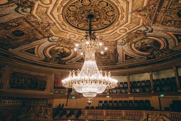 De imposante luster en plafond van de operazaal is letterlijk het kroonjuweel