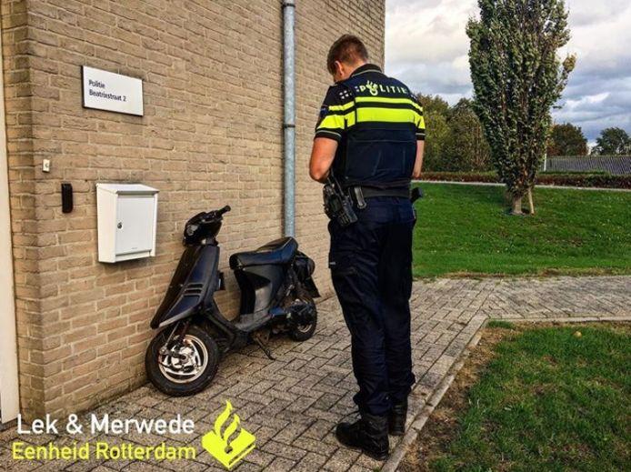 Een politieagent controleert de scooter in Groot-Ammers.
