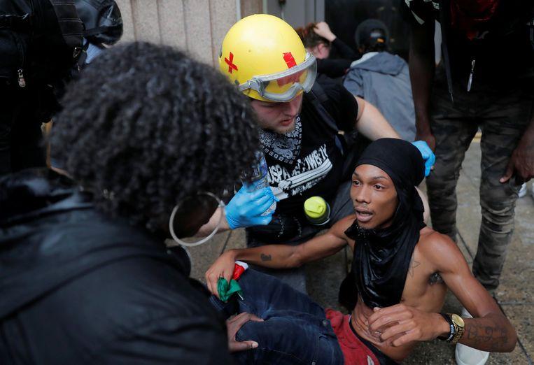 Een tegenbetoger wordt verzorgd.