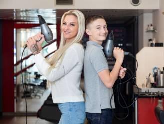 """ZOVEEL VERDIEN IK. Kapster Vicky (37) betaalt als alleenstaande mama alles voor haar zoon: """"Deze maand al 640 euro voor schoolmateriaal"""""""