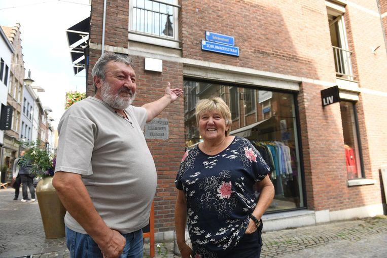 Rudiger en Lola bij een van de 550 naamborden met plaatselijke benamingen. In dit geval is er al een naambordje in het dialect, maar staat er een fout in: Ukke wordt Uke. Dat zal worden aangepast