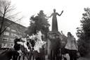 """Emancipatie. Op 23 januari 1970 verbranden leden van de actiegroep Dolle Mina voor het standbeeld van Wilhelmina Drucker (""""Dolle Mina"""")  een korset. Wilhelmina Drucker is een van de voorvechters geweest voor het feminisme, Amsterdam, Nederland."""