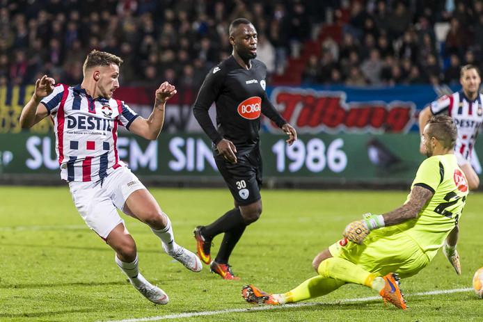 Donis Avdijaj schiet de 3-0 binnen voor Willem II tegen Spakenburg.