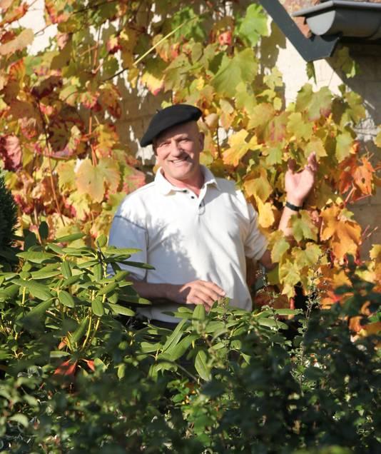Freek Verhoeven in zijn wijngaard.  Eigen foto