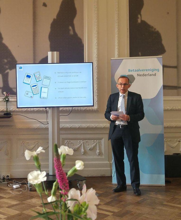 Directier Mallekoote (r) van Betaalvereniging Nederland bij de presentatie van Idin Beeld Het Parool