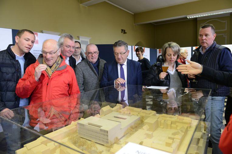 Brugge, Infomarkt Beurssite: burgemeester De fauw bekijkt de maquette samen met