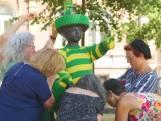 Jantje in Den Haag aangekleed in groen geel