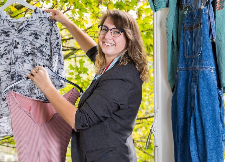 Esmee Bos (22) uit Rotterdam koopt al twee jaar alleen tweedehands kleding. Beeld Arie Kievit