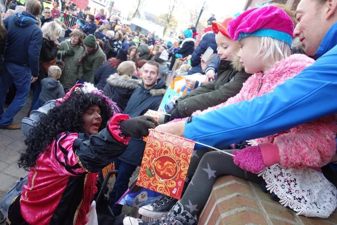 Iedereen krijgt een handje pepernoten; ook dit jaar weer veel pieten op de been in Harderwijk.