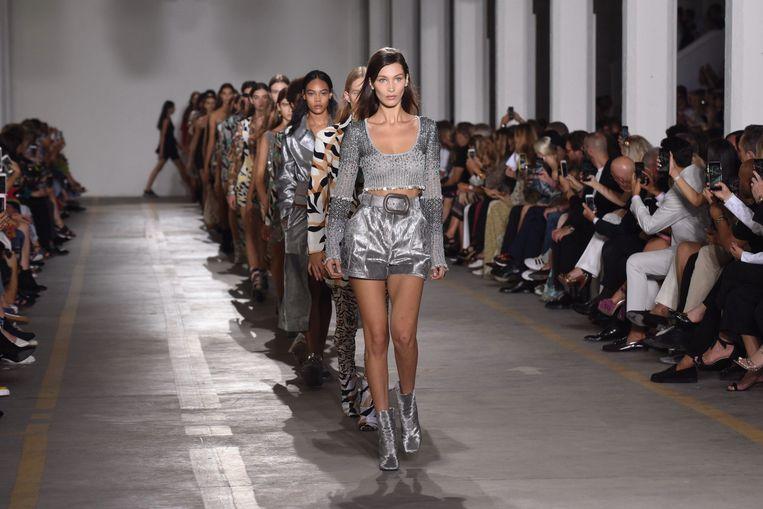 Bella Hadid en co presenteren de lente-zomercollectie 2019 voor Roberto Cavalli tijdens Milan Fashion Week.