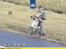 Levensgevaarlijk avontuur: man in camouflagepak maakt wandeling op A2