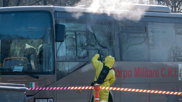 De 'coronabus' die uit Italië kwam moest volledig worden ontsmet.