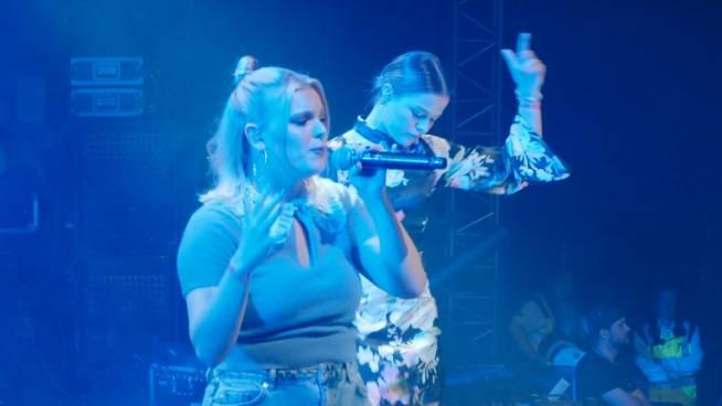 Pauline en Amber zingen Regi's nieuwe single