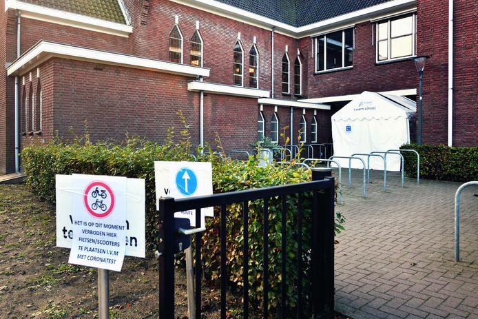 Avoord heeft voor eigen personeel een 'coronatesttent' ingericht in Etten-Leur. Zo kunnen medewerkers sneller getest worden en zijn ze niet onnodig lang uit de running bij klachten.