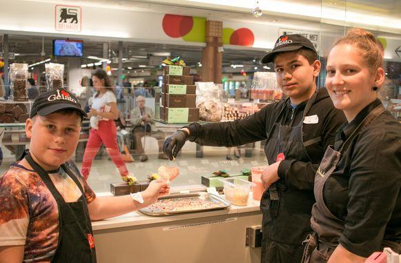 Kyan en Alperen (12) proberen de perfecte ijslolly's te maken.
