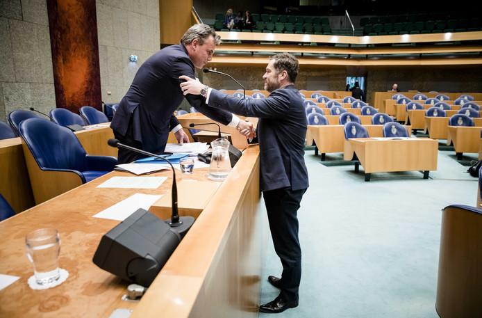 Staatssecretaris Mark Harbers van Justitie en Veiligheid (VVD) en Klaas Dijkhoff (VVD, Harbers voorganger op Asiel) na afloop van het debat waarin hij zijn aftreden bekendmaakte.