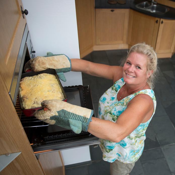 Caroline Schungel bezig met haar kipschotel met kersen in bladerdeeg.