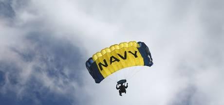 Parachutist dood voor ogen duizenden mensen