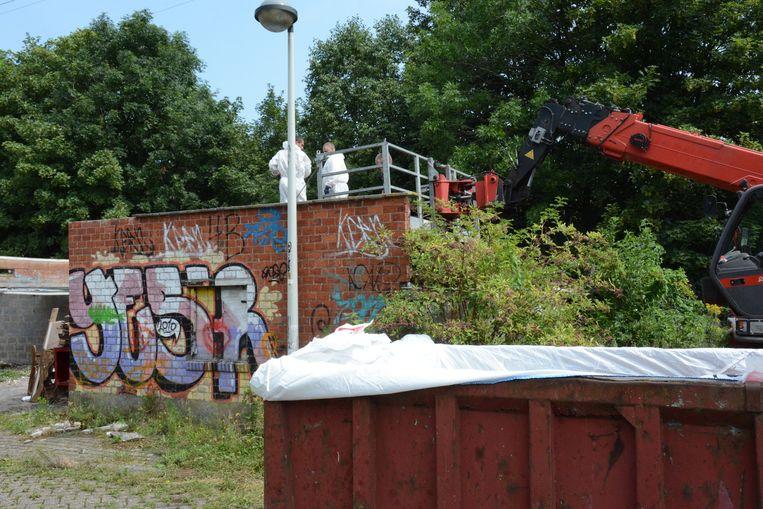 Werklui verwijderen behoedzaam het dak met asbest.
