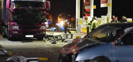 Auto ramt pomp uit grond bij tankstation op A58 bij Zegge, vier brandweerwagens proberen brand te voorkomen