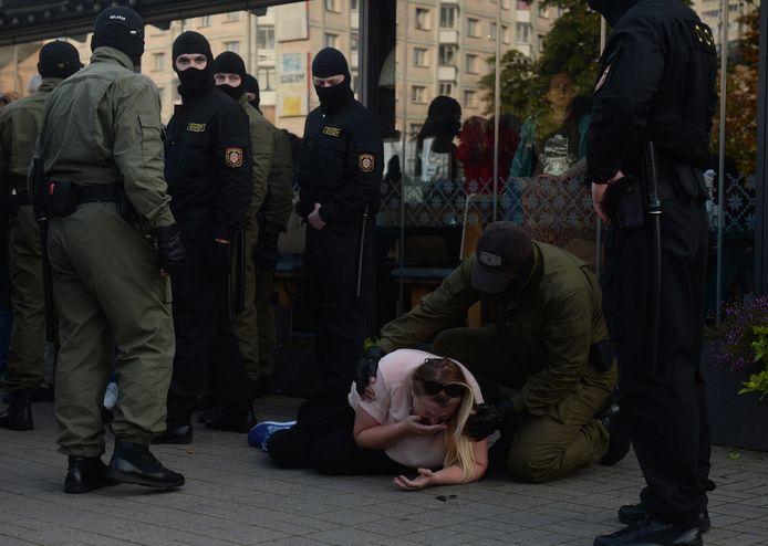 Een vrouw raakt gewond tijdens de protesten.