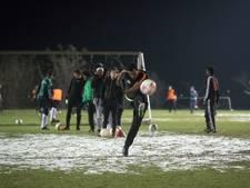 Syriërs en Eritreeërs leren Nederland kennen bij Wageningse voetbalclub