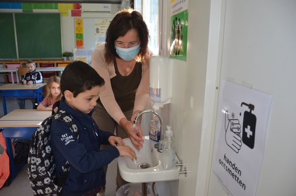 Handen wassen bij het binnenkomen van de klas is het nieuwe normaal.