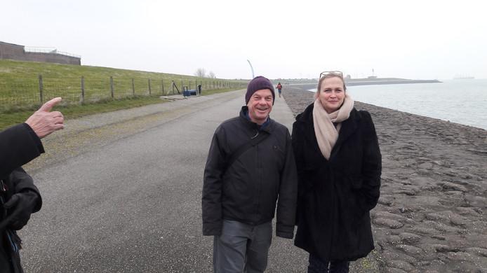 Directeur Kathrin Ginsberg en oud omroepman Bert van Leerdam op weg van de boot naar de binnenstad van Vlissingen. Je moet er wel conditie voor hebben, vindt Bert.