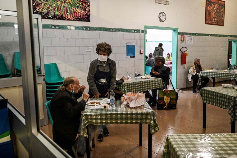 → In Rome zijn de kantines van de katholieke kerk, waar armen naartoe kunnen om te eten, weer open. Beeld AFP
