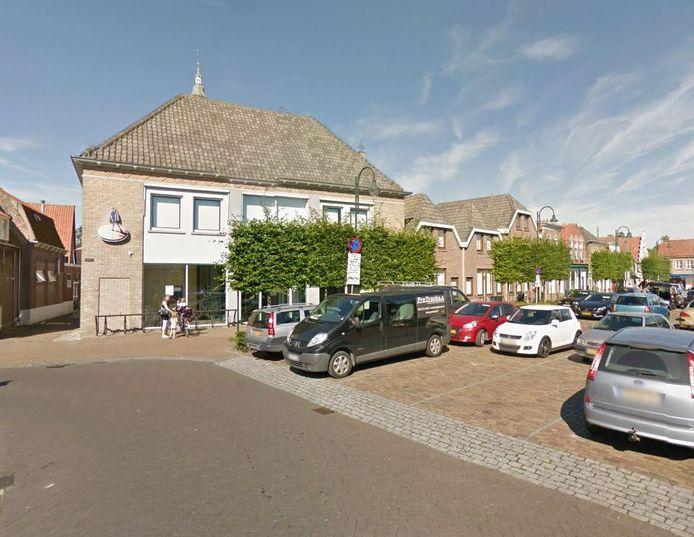 Het voormalige kantoor van de Rabobank aan de Markt in Sint-Maartensdijk.