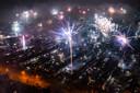 Dronebeelden boven van vuurwerk boven Eindhoven om het nieuwe jaar 2020 in te luiden.