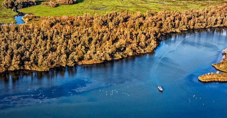 Een rondvaartboot op de Biesbosch. Jaarlijks trekt het nationale park 3 miljoen bezoekers. Foto Raymond Rutting / de Volkskrant Beeld raymond rutting