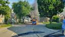 Dikke rookwolken stijgen op wanneer het autootje in brand staat.