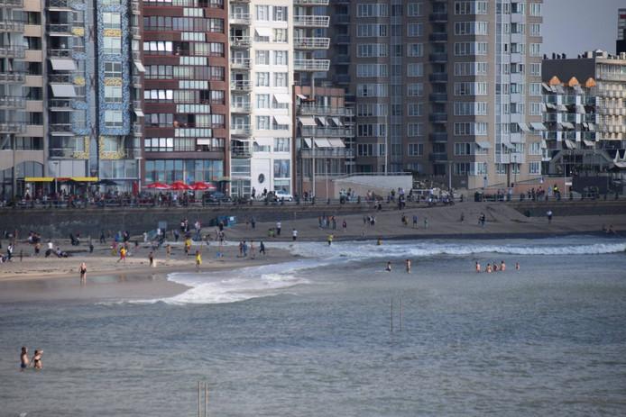 Meerdere mensen liepen een nat pak op door de vloedgolf.