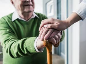Ce grand-père fait une manucure à sa petite-fille hospitalisée et attendrit la toile