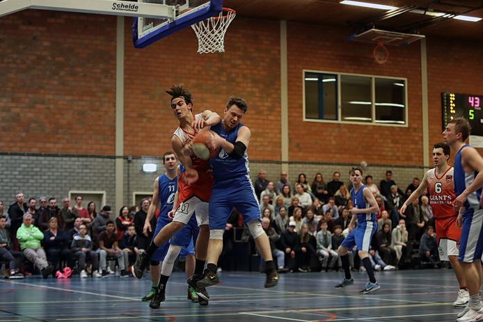 Het zal een fel duel worden tussen tussen Blauw-Wit en Giants, zoals in deze wedstrijd uit 2017 in Bergen op Zoom.