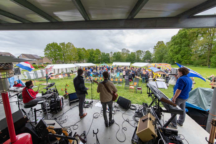 Luttelgeest hield voor de eerste keer een eigen Bevrijdingsfestival. Van markt en muziek tot een gezamenlijke maaltijd.
