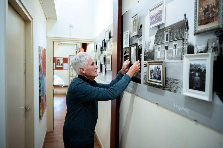 Anton Daniëls (81) doet al zeventien jaar onderzoek naar Joodse geschiedenis in Harderwijk.  Beeld Bram Petraeus