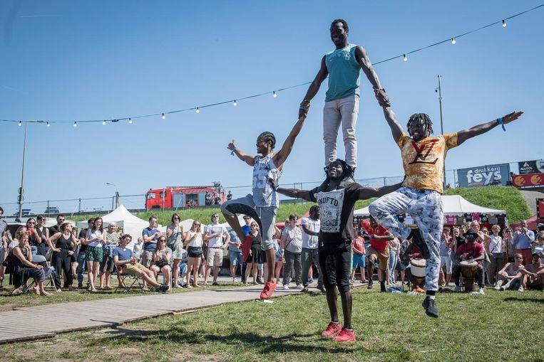 Naast muziek was er ook heel wat randanimatie, zoals deze acrobaten.