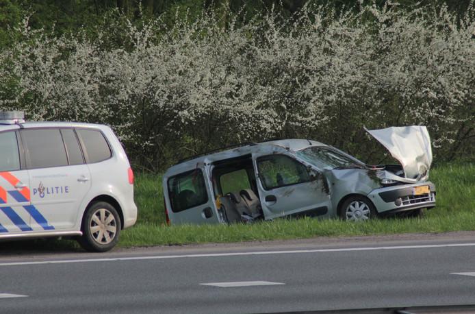 De auto kwam naast de A15 in een greppel tot stilstand.
